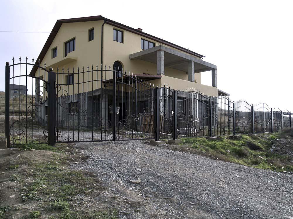 Открытые кованые ворота, калитка и заборные секции в селе Варваровка