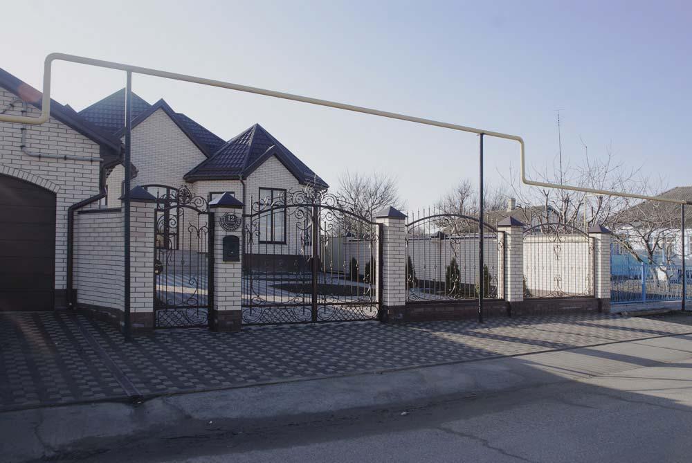 Открытые кованые ворота, калитка и заборные секции в станице Старотиторовская