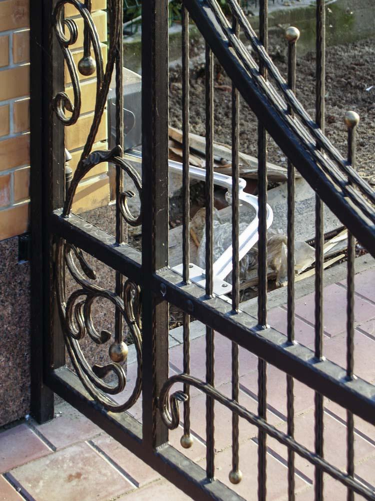 Открытые кованые ворота с автоматикой в поселке Витязево