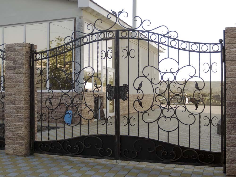 Открытые кованые ворота в Цибанобалке