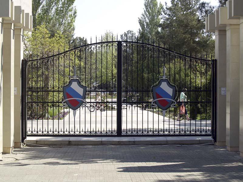 Открытые кованые ворота в городе Анапа