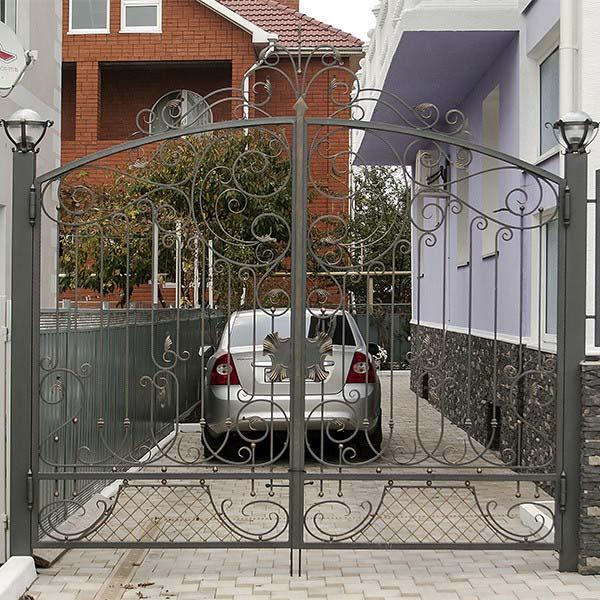 Открытые кованые ворота, калитка и заборные секции для гостиницы