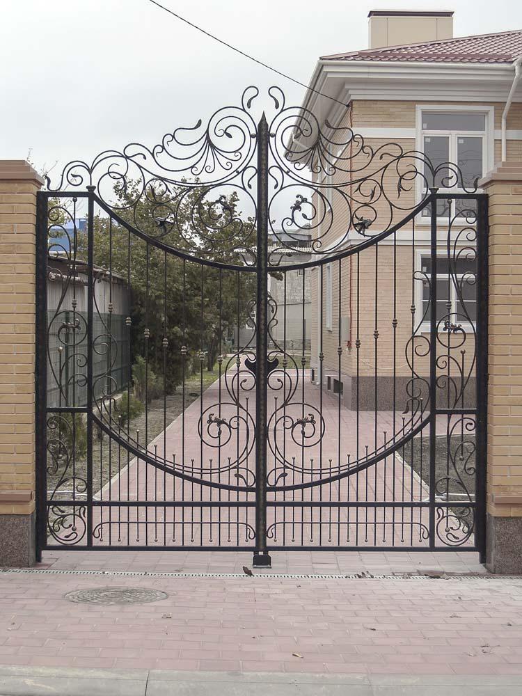 Открытые кованые ворота в поселке Витязево