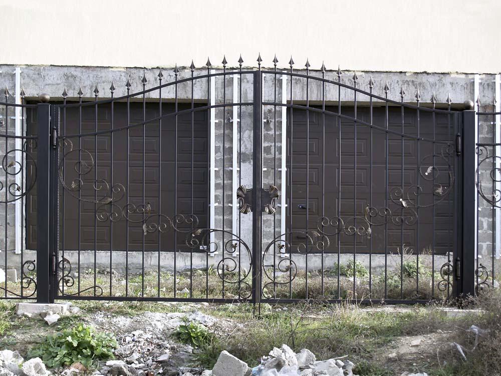 Открытые кованые ворота в селе Варваровка