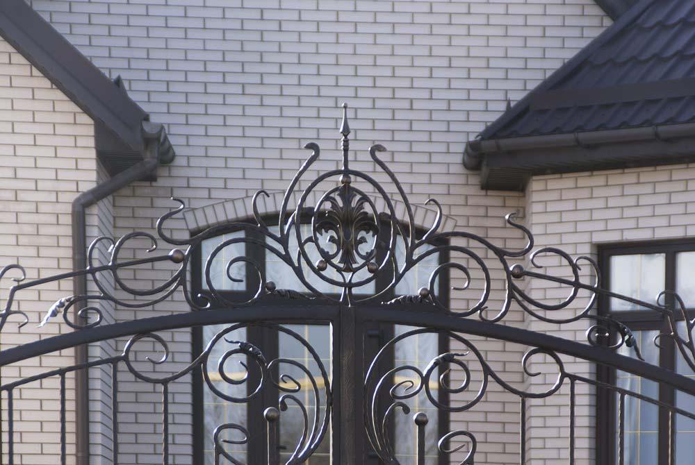 Открытые кованые ворота в станице Старотиторовская