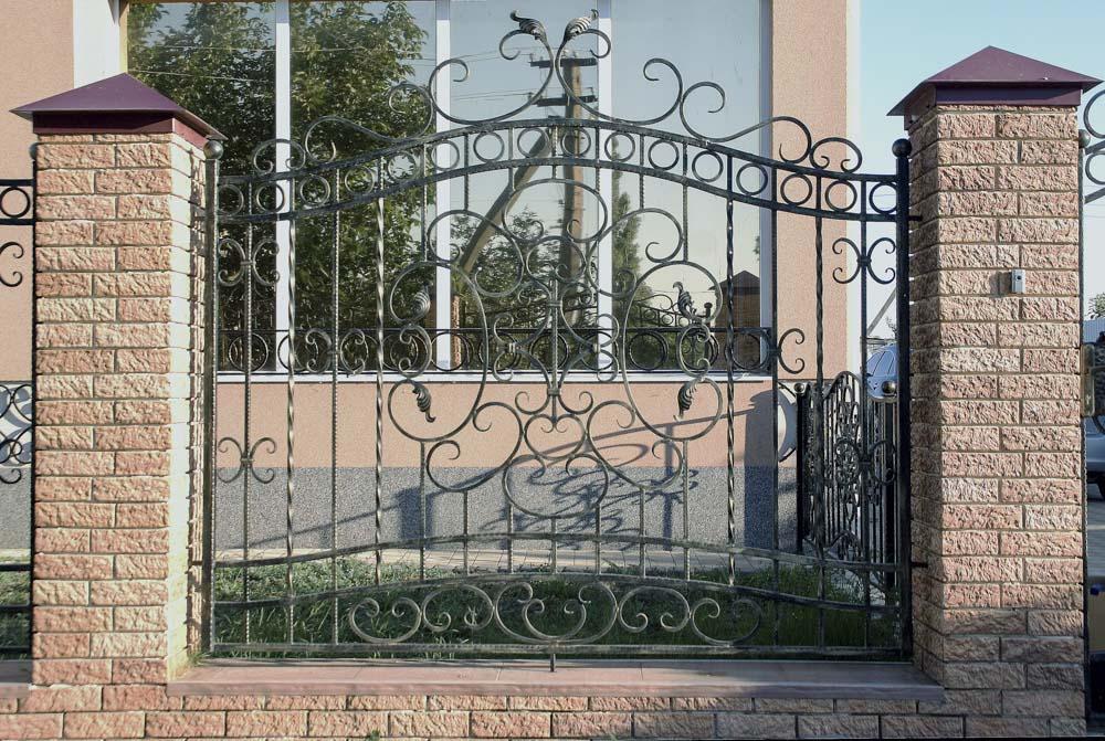 Открытые кованые заборные секции в Цибанобалке