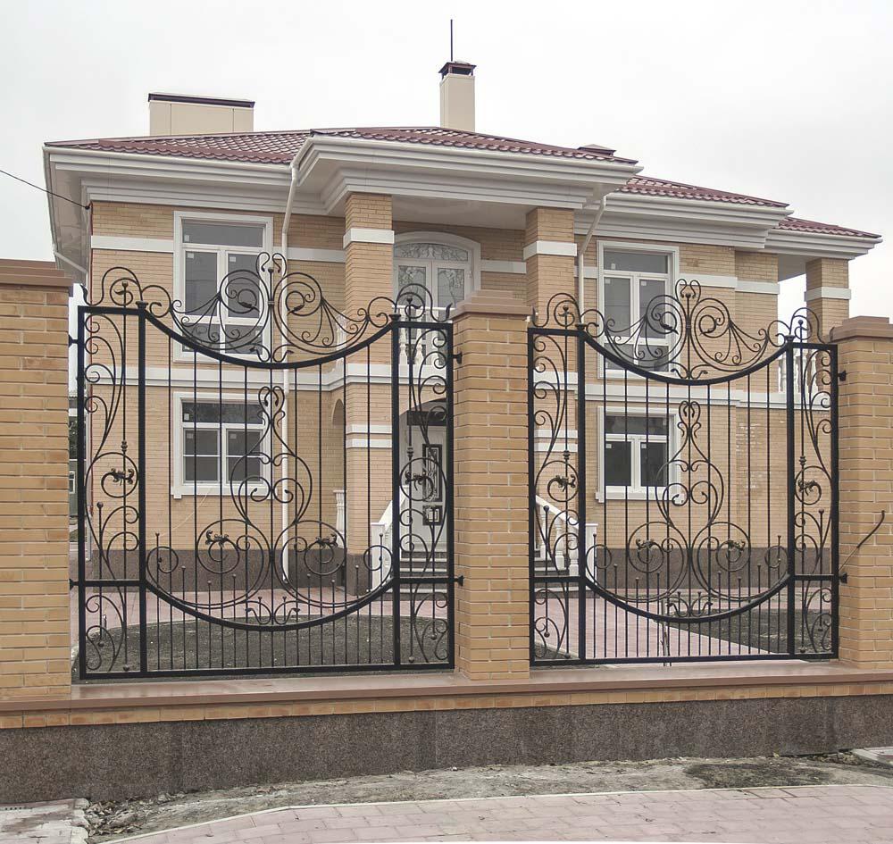 Открытые кованые заборные секции в поселке Витязево
