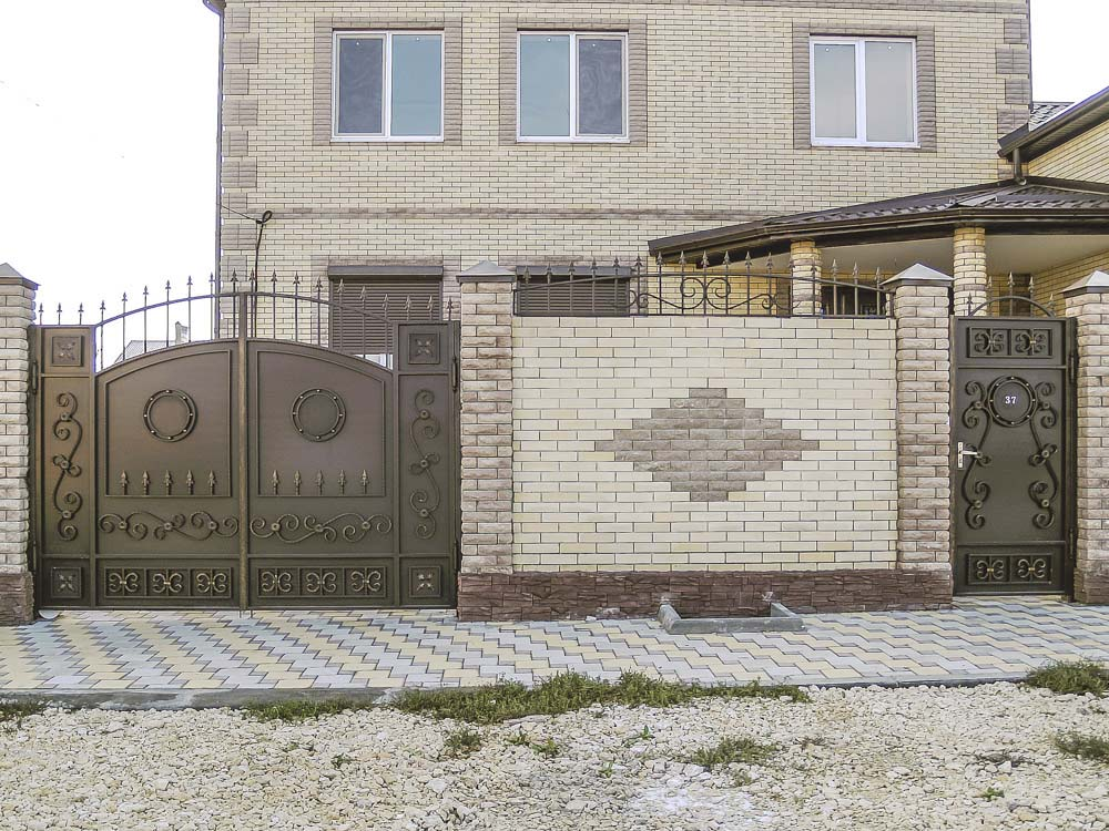 Стандарнтые ворота E2 и калитка А3 и навершия в поселке Пятихатки