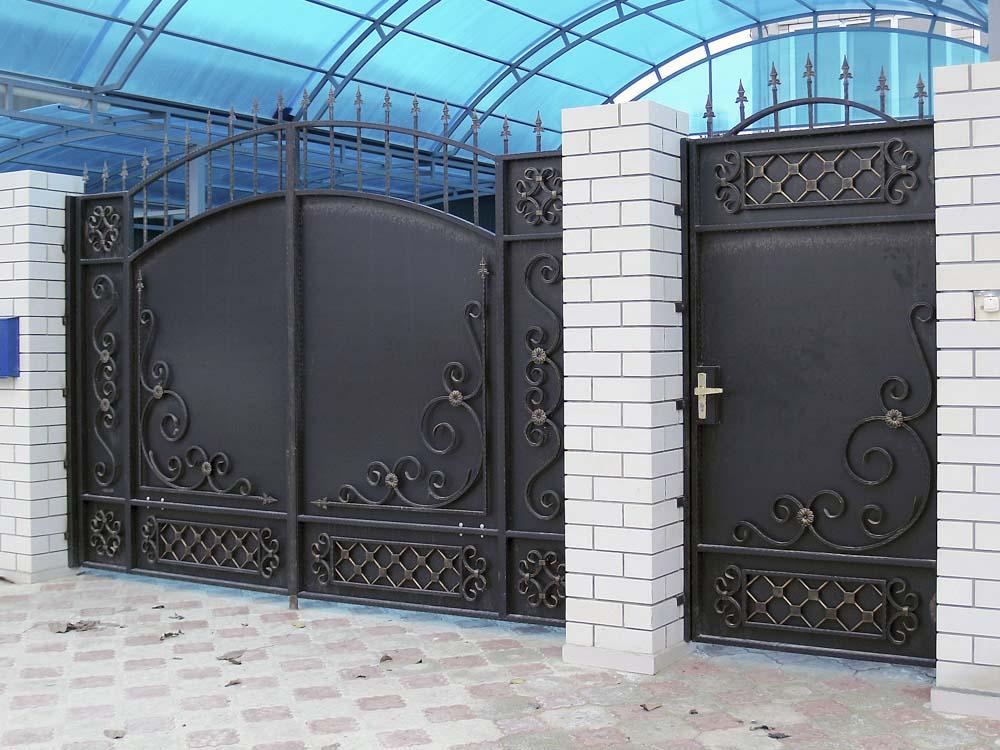 Стандартные кованые ворота Д6 и калитка А8 в поселке Виноградный