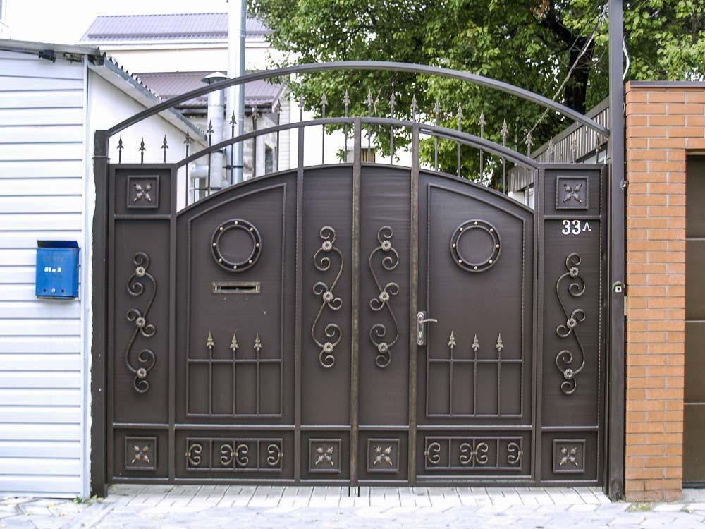 Стандартные кованые ворота Е2 со встроенной калиткой в городе Анапа