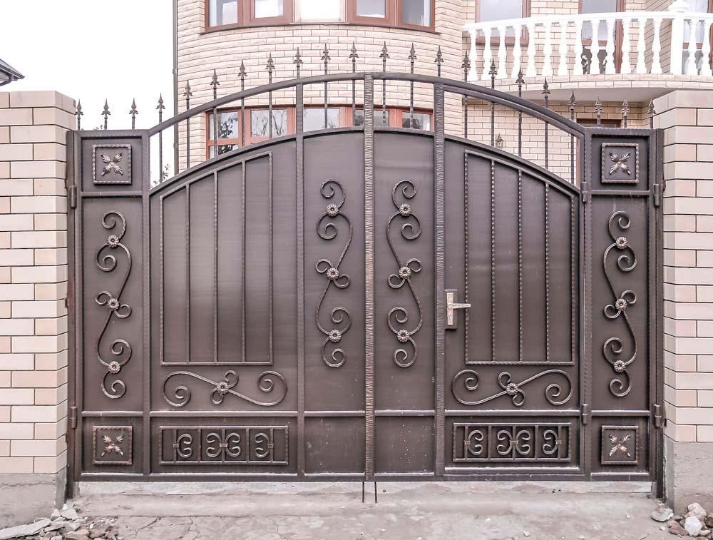 Стандартные кованые ворота Е2 со встроенной калиткой в поселке Супсех