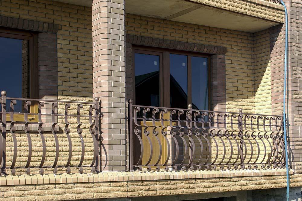 Уличные балконные ограждения в поселке Виноградный
