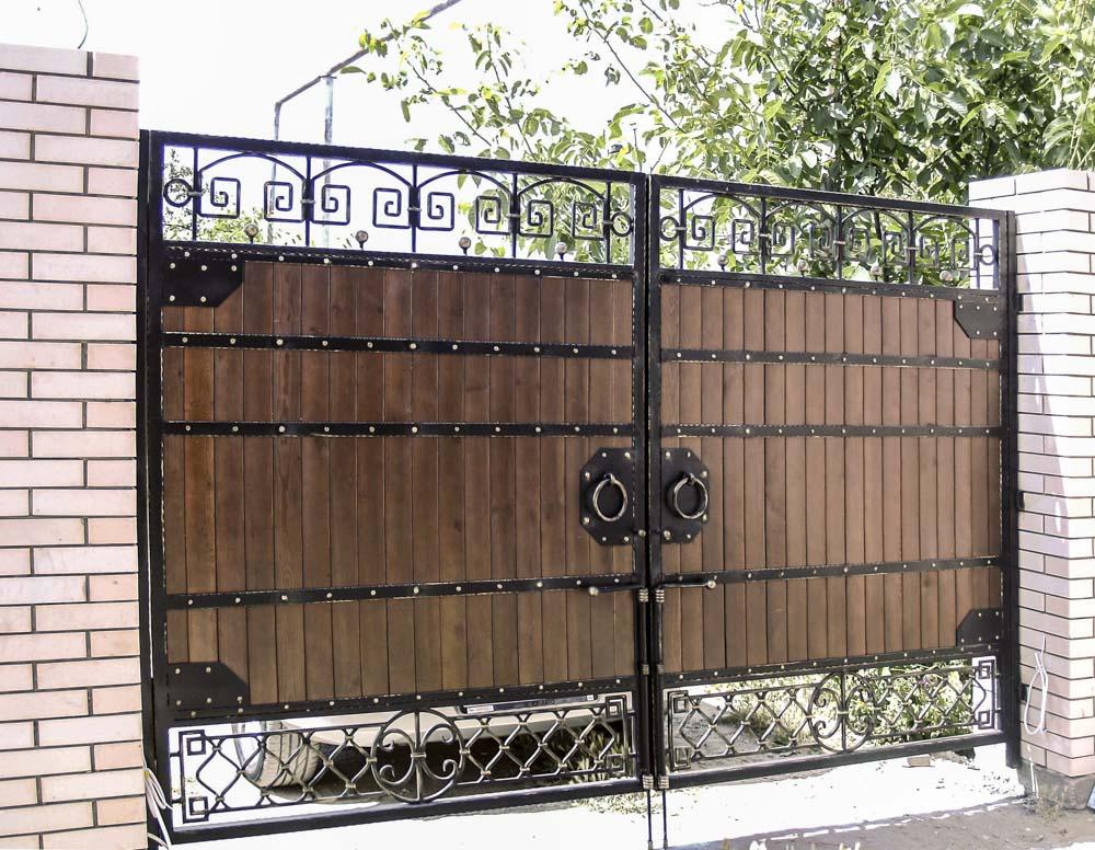 Ворота с использованием дерева в Анапской