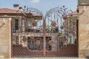Открытые кованые ворота, калитка и навершия