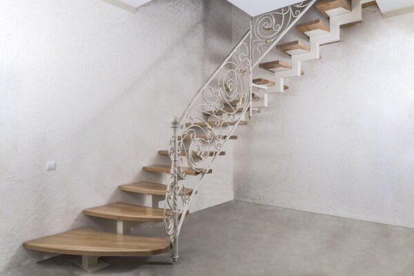 Лестница внутренняя с кованым ограждением — ст.Анапская