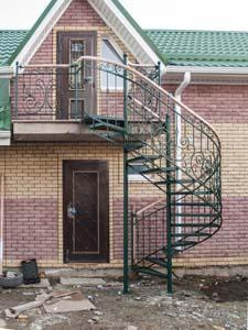 Лестница наружная с кованым ограждением полувинтовая — п.Супсех