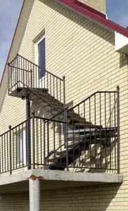 Лестница наружная с простым ограждением под плитку