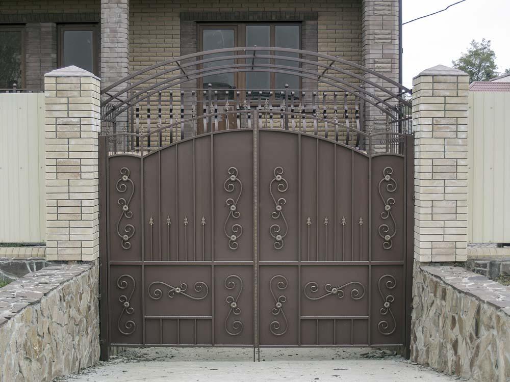 Большие кованые ворота в поселке Виноградный