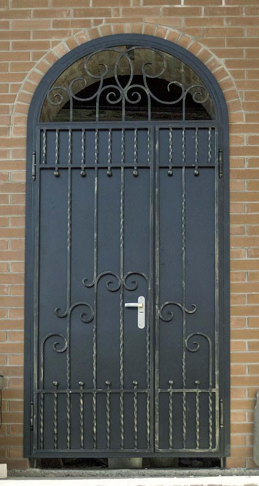 Дверь с элементами ковки в поселке Благовещенка