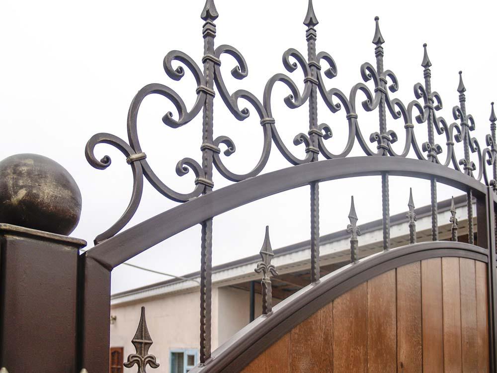 Элементы кованых ворот с использованием дерева в Пересыпи