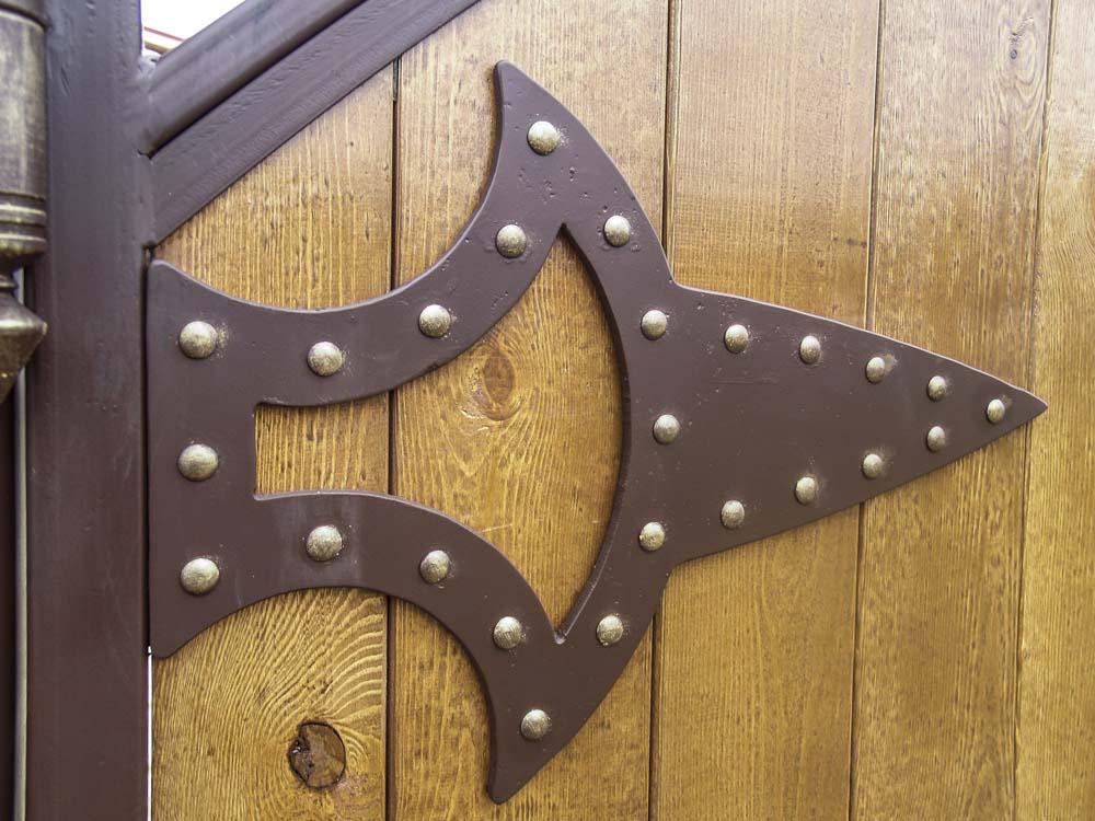 Элементы кованых ворота с использованием дерева в Пересыпи