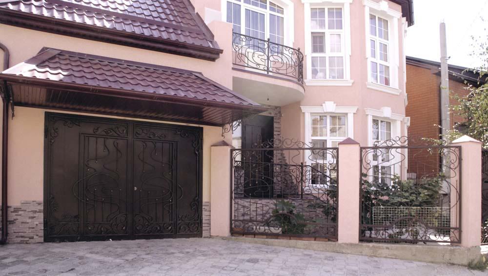 Кованые гаражные ворота и заборные секции в городе Анапа