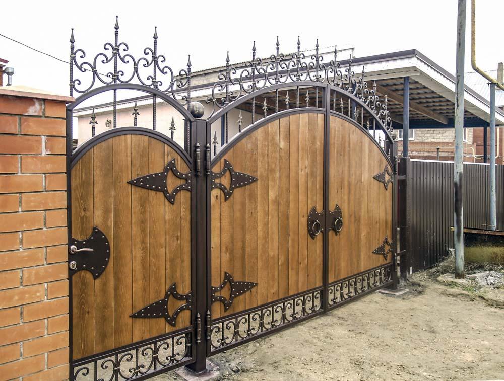 Кованые ворота и калитка с использованием дерева в Пересыпи