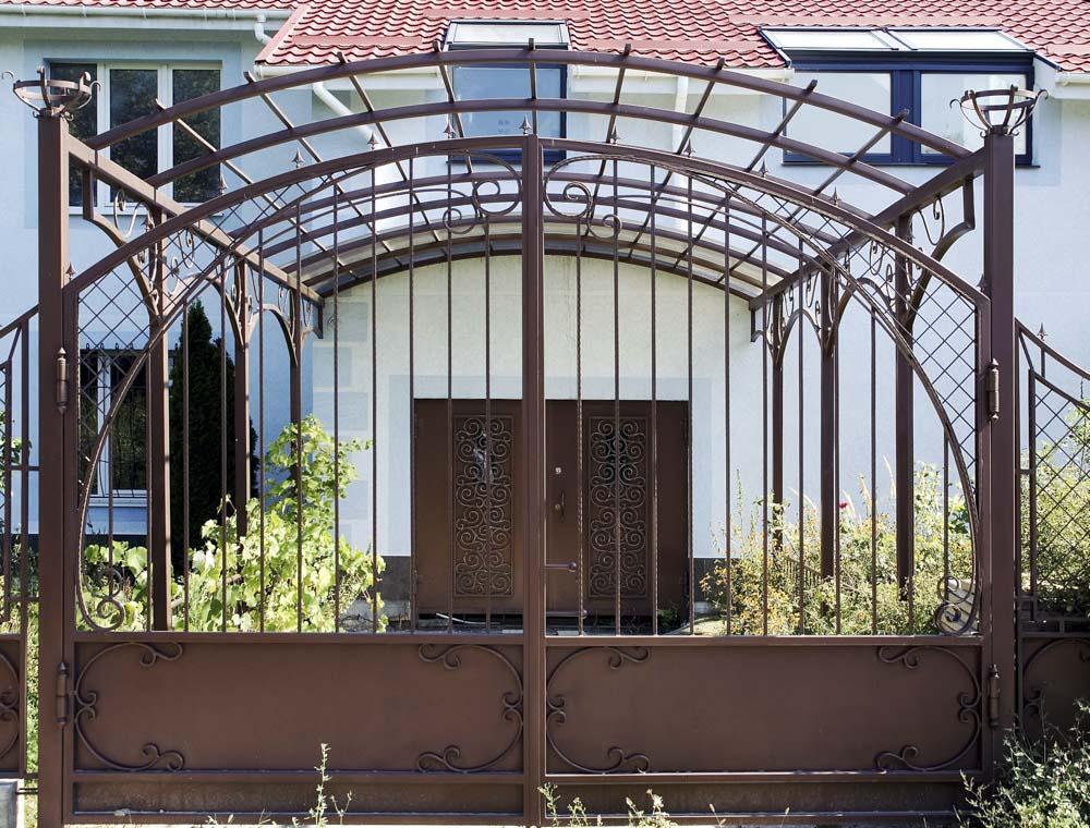 Кованые ворота и открытый навес в городе Анапа