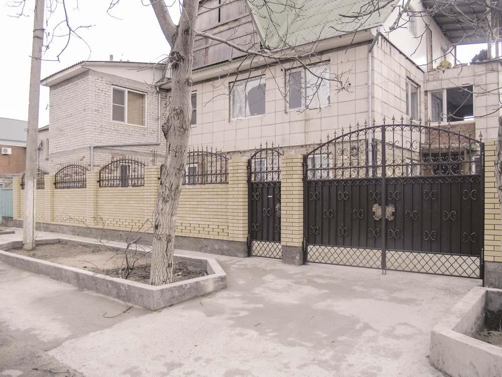 Кованые ворота, калитка и навершия в поселке Витязево