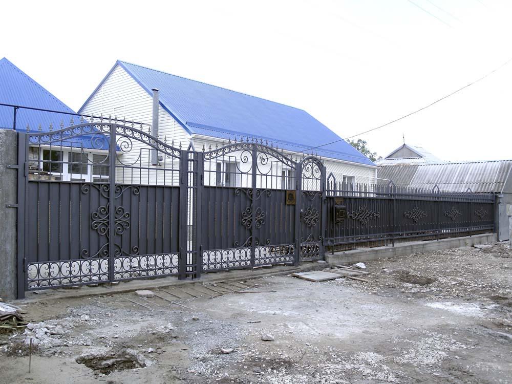 Кованые ворота, калитка и заборные секции в городе Анапа