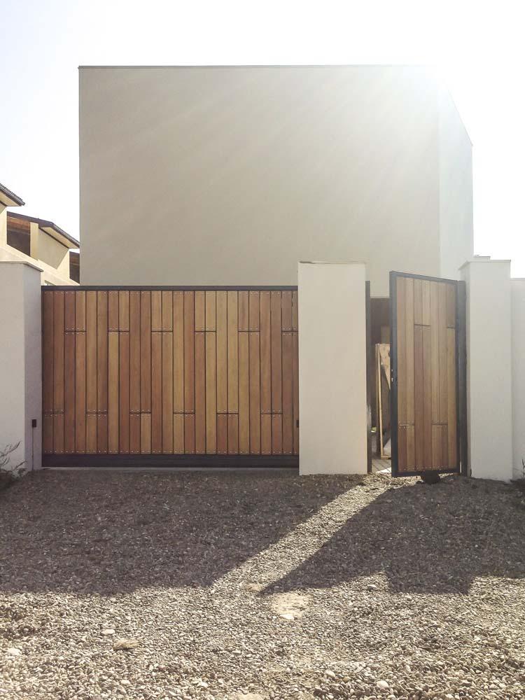 Откатные ворота и калитка с лиственницей в городе Анапа