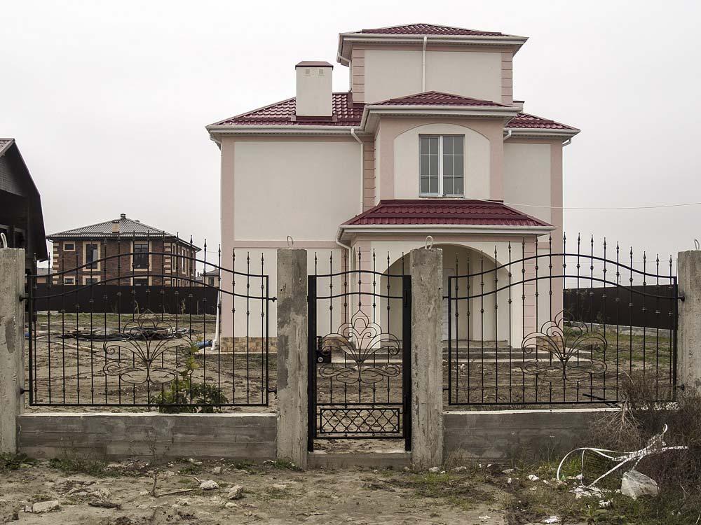 Открытая кованая калитка и заборные секции в хуторе Песчаном