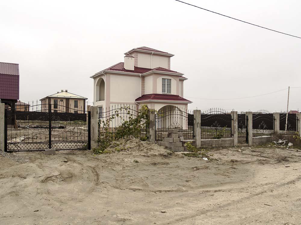 Открытые кованые ворота, калитка и заборные секции в хуторе Песчаном