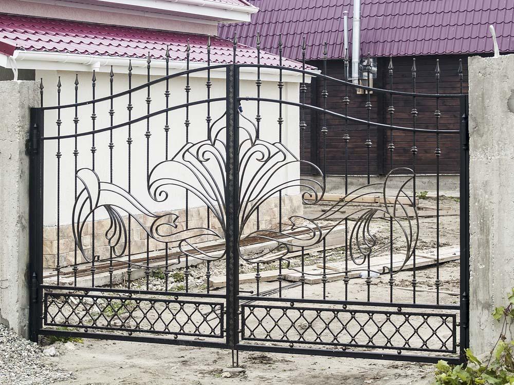 Открытые кованые ворота в хуторе Песчаном