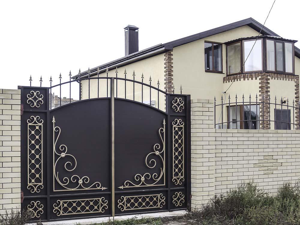 Стандартные кованые ворота Д4 и простые кованые навершия в поселке Пятихатки