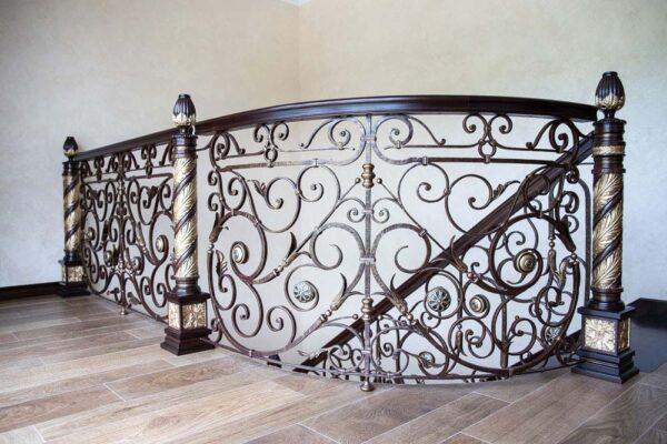 Лестница внутренняя с кованым ограждением — п.Адербиевка